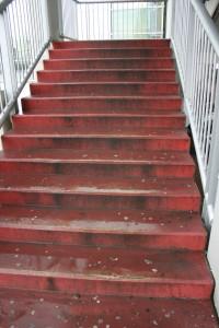 Lávka pri Auparku - schody bez vodiacich kolajničiek pre bicykle