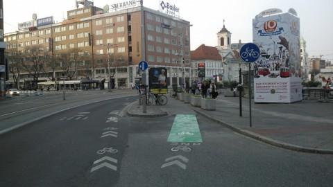 Zelený pás pre cyklistov smerujúcich na Nám. SNP