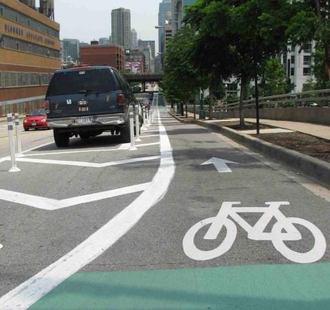 Zľava: jazdný pruh, parkovací pruh, bezpečný odstup (tzv. dverová zóna), cyklistický pruh