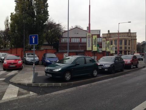 Chodník rozšírený pre chodcov a cyklistov zatiaľ slúži na lepšie parkovanie áut napriek dopravnému značeniu, ktoré to zakazuje.