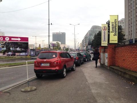 Úzke miesto pri múre Umelky. Po rozšírení je miesto na prepojenie cyklotrás bez obmedzovania chodcov.