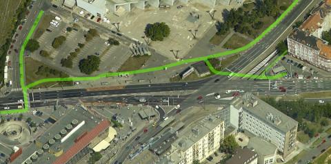 Detail vedenia navrhovanej cyklotrasy cez priestor križovatky na leteckom zábere z Google Maps.