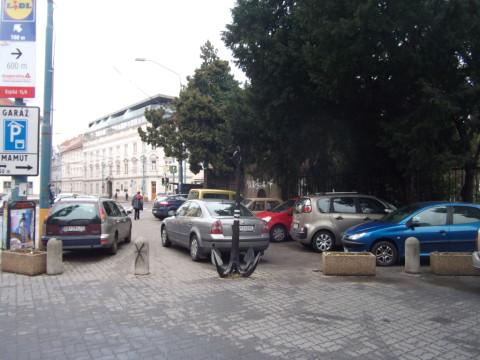 Parkovisko alebo hlavná trasa z centra na autobusovú stanicu? Všetky vozidlá na fotografii parkujú nelegálne, nachádzajú sa totiž v zóne s parkovaním len na vyznačených miestach. V blízkosti je pritom dostupné verejná garáž Mamut, ako hlási značka na stĺpe vľavo (značka sa našťastie zmestila medzi reklamy).