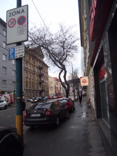 Táto časť ulice Mlynské nivy je zónou, kde nie je povolené parkovať na chodníkoch mimo vyznačených miest. Ako vidno na fotografii, značka je ignorovaná.