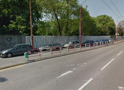 Na tieto miesta na chodníku sa autá dostanú len cúvaním aj niekoľko desiatok metrov. Zábradlie na obrázku len zmenšuje priestor pre chodcov. Povolila by vyznačenie takýchto oficiálnych parkovacích miest s takýmto prístupom polícia?