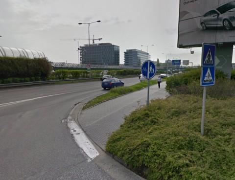 Cyklopriechod je vyznačený zvislým značením, vodorovné chýba. Vyznačená je aj cestička pre cyklistov. Foto z Google StreetView.