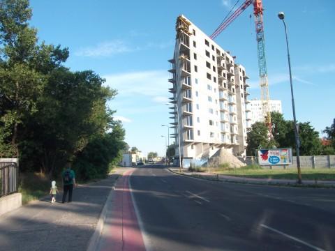 V prípade obojsmernej cestičky pre cyklistov by bolo potrebné rozšíriť/upraviť pravý chodník pri budove zúžením ľavého širokého a zarasteného chodníka.
