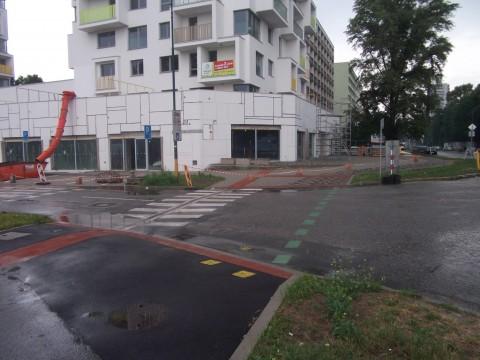 Obnovený cyklopriechod cez Dudovu. V pozadí vidno starší priechod, ktorý sa nachádzal ďalej od križovatky.